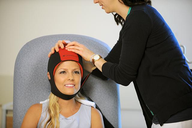 A patient uses the Dignicap scalp cap.